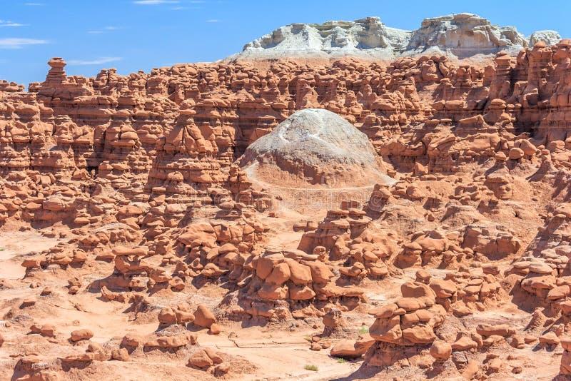Dôme entouré par des sommets de roche de porte-malheur en parc d'état de vallée de lutin Utah Etats-Unis photo libre de droits