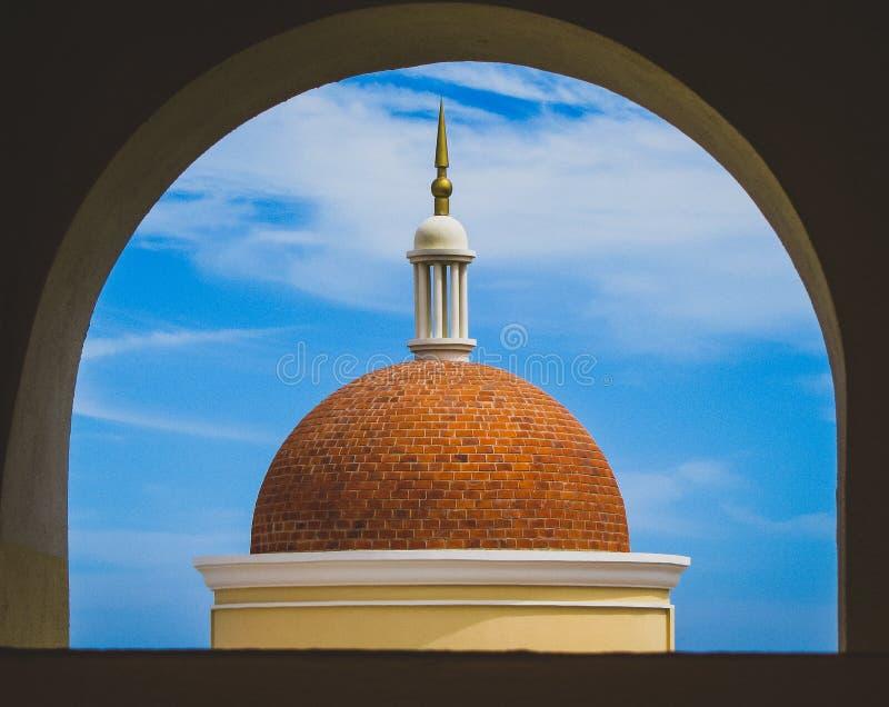 Dôme par une fenêtre photos stock
