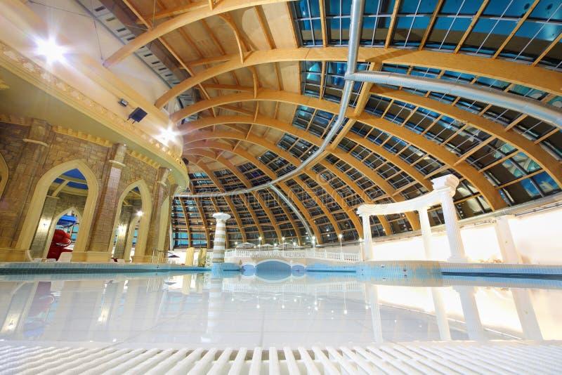Dôme rond et grande piscine dans le waterpark Caribia photos libres de droits