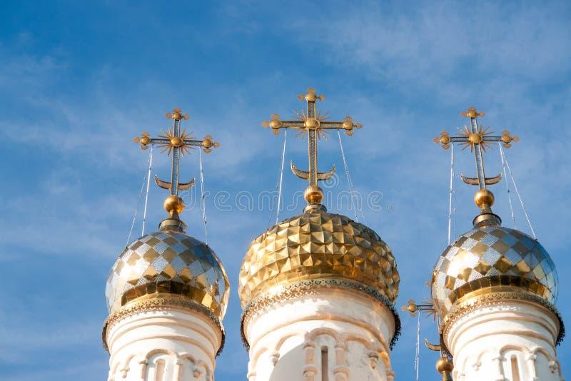 Dômes d'église d'ortodox au-dessus du ciel bleu, Russie, Riazan Kremlin photo stock