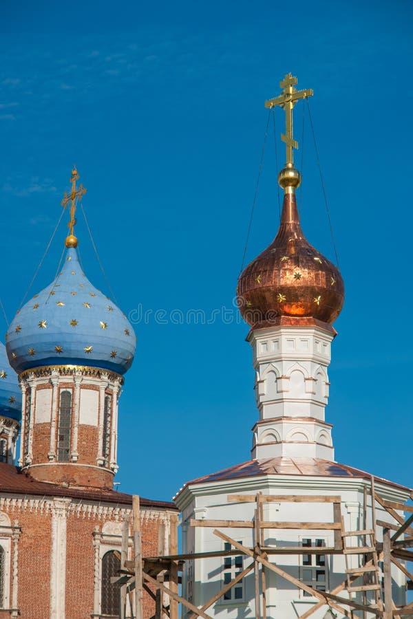 Dômes d'église d'ortodox au-dessus du ciel bleu, Russie, Riazan Kremlin photo libre de droits