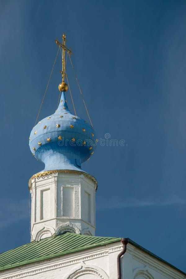 Dômes d'église d'ortodox au-dessus du ciel bleu, Russie, Riazan Kremlin image libre de droits