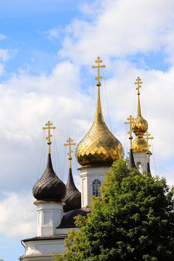 Dômes d'or contre le ciel photographie stock