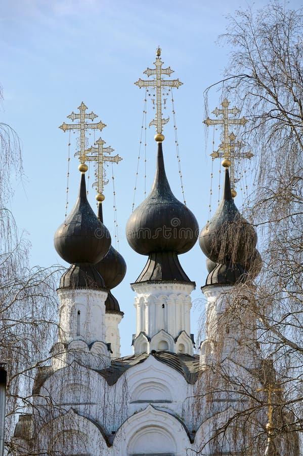 Dômes noirs élégants d'église de Troitskaya dans Murom image stock