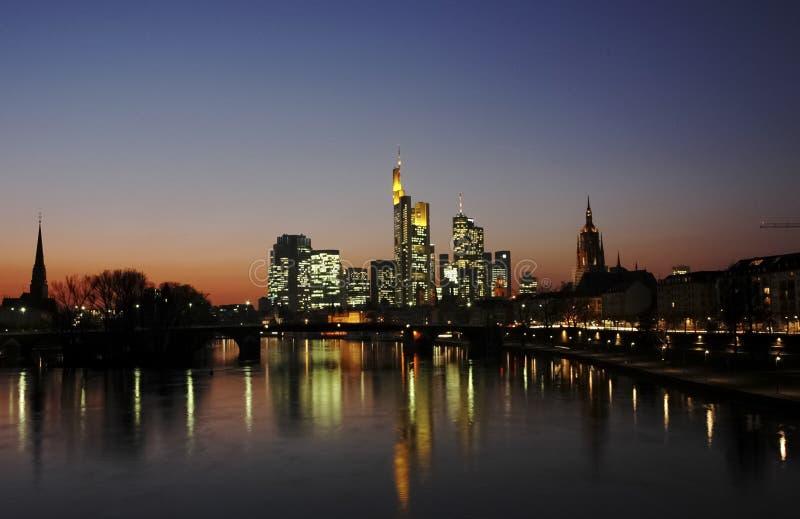 D?mmerungs-Panorama von im Stadtzentrum gelegenem Frankfurt lizenzfreies stockbild