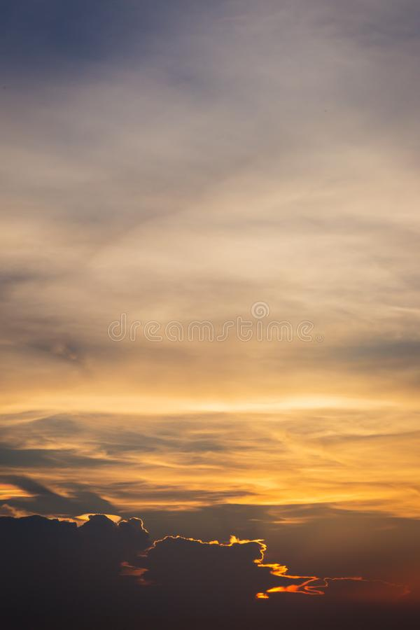 D?mmerungshimmelhintergrund Bunter Sonnenunterganghimmel und -wolke klarer Himmel im D?mmerungszeithintergrund Brennender orange  stockfotografie