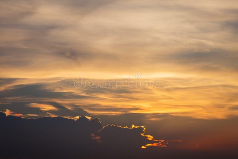 D?mmerungshimmelhintergrund Bunter Sonnenunterganghimmel und -wolke klarer Himmel im D?mmerungszeithintergrund Brennender orange  lizenzfreies stockbild