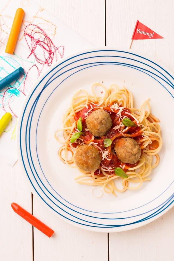 D?ner du repas de l'enfant - spaghetti et boulettes de viande photo stock