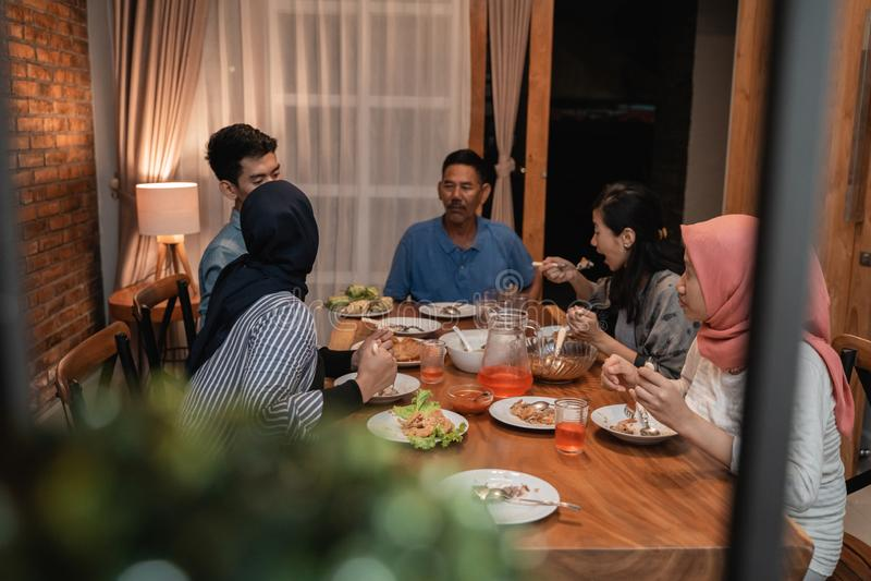 D?ner musulman asiatique de famille ensemble je?ne de coupure photographie stock libre de droits