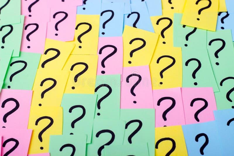 3d odpłacający się oceny ilustracyjny pytanie Kolorowe papier notatki z znakami zapytania com pojęcia figurki wizerunku odpoczynk obraz stock