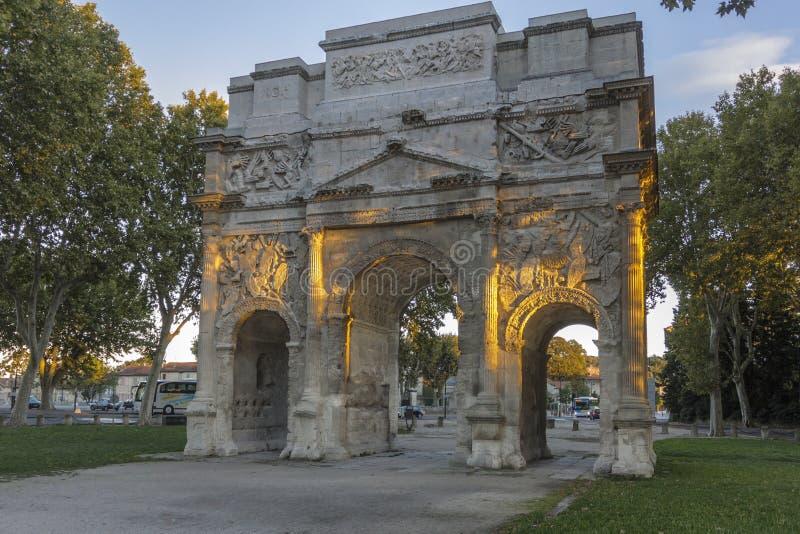 D'Orange d'Arc de Triomphe à la lumière du soleil de soirée image stock
