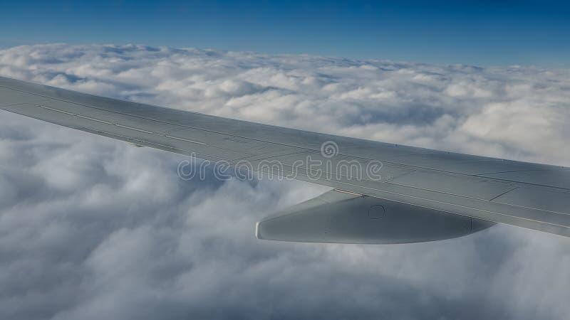D?placement par avion Aile plate en vol Beau ciel et nuages merveilleux image libre de droits