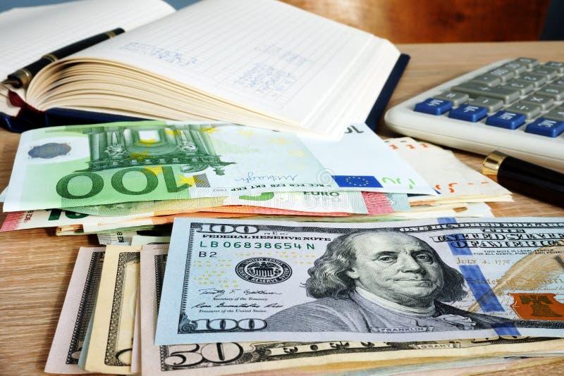 3d pojęcia dolarowej wymiany spadać stopień wzrostu Sterty euro i dolary na księgowego biurku fotografia royalty free