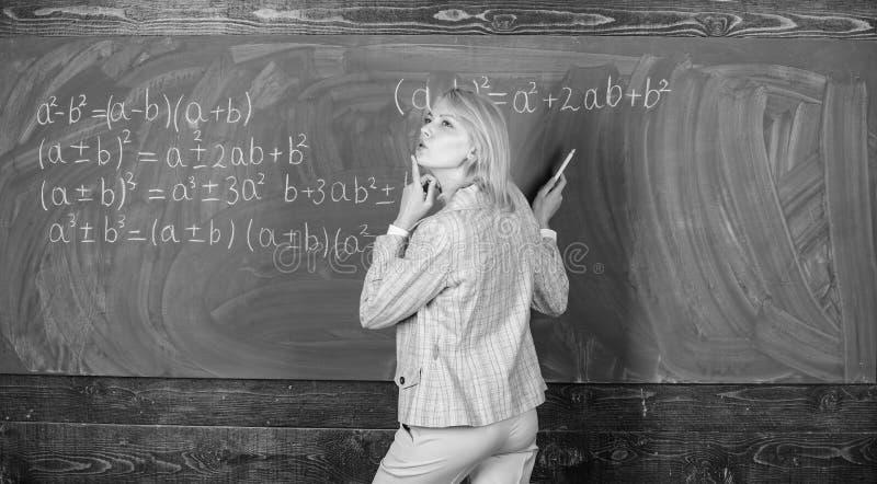 D?a que sue?a en la escuela El ense?ar casero Mujer pensativa Estudio y educaci?n Escuela moderna D?a del conocimiento profesor e imagenes de archivo