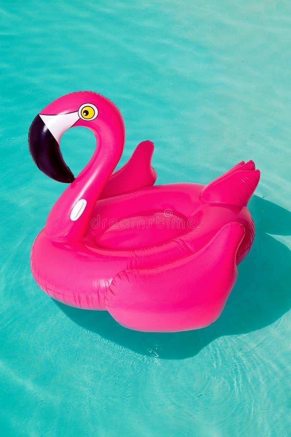 3d rosa flamingo, cirkel för simbassäng för tropisk fågelform uppblåsbar, rör, flöte Sommarsemestern semestrar gummiobjekt som re arkivfoto