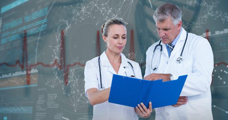 3D Samengesteld beeld van mannelijke en vrouwelijke artsen die over nota's bespreken stock foto