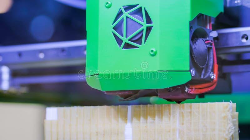 принтер 3D во время работы стоковое фото