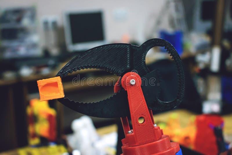 3D skrivev ut robotarmen med trådar och kontrollbrädet Den plast- manipulatoren, det robotic handmaskinhjälpmedlet skrivev ut royaltyfria bilder