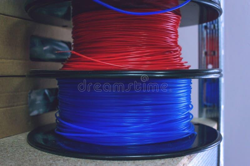 3D som skrivar ut material, ABSglödtråden, PLOMMONER & x28; Polylactic Acid& x29; , PVA-glödtråd Kulör polymer i spolar på hyllor royaltyfri foto