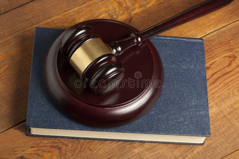 3d tła pojęcia ilustracja odizolowywał prawo odpłacającego się biel Drewniany sędziego młoteczek, książka na stole w egzekwowania obraz stock