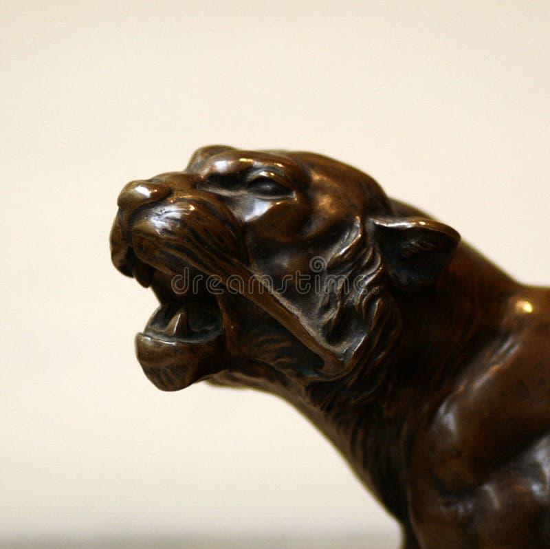 D?tail antique d'hurlement en bronze de statue de t?te de tigre image stock
