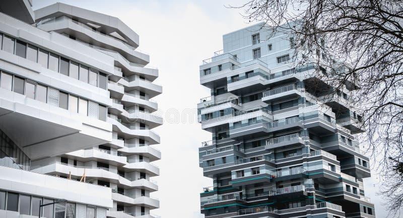 D?tail architectural d'un b?timent moderne r?cemment construit dans Issy les Moulineaux photos libres de droits