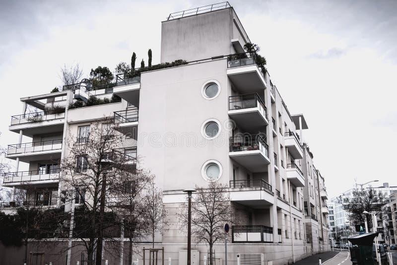 D?tail architectural d'un b?timent moderne r?cemment construit dans Issy les Moulineaux photos stock