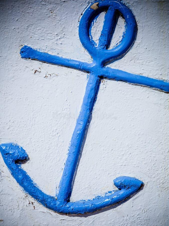 D?tail bleu d'ancre sur le mur blanc l?ger image stock