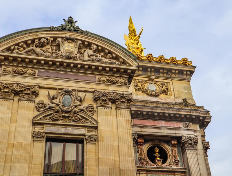 D?tails architecturaux de fa?ade de Palais Garnier d'op?ra de Paris france Avril 2019 photo stock