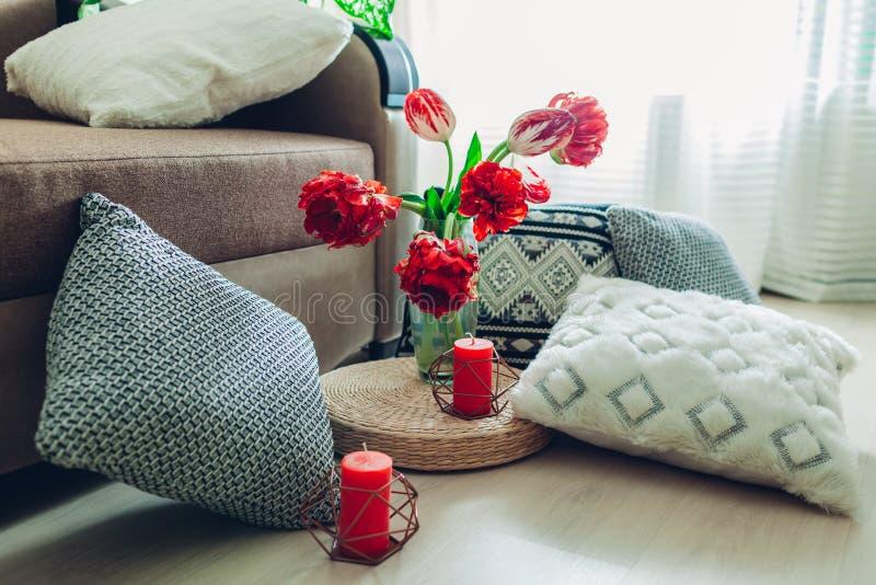 D?tails d'int?rieur moderne de salon Coussin de paille de Tatami d?cor? des fleurs et de l'oreiller sur le plancher photos libres de droits