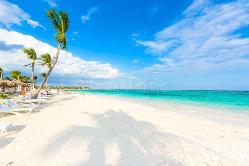 D?tendant sur le canap? du soleil ? la plage d'Akumal - Maya de la Riviera - plages de paradis chez Cancun, Quintana Roo, Mexique photos stock