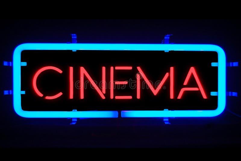3D teruggevend trillend het knipperen rood blauw neonteken op zwarte achtergrond, het teken van het de filmvermaak van de bioskoo stock fotografie