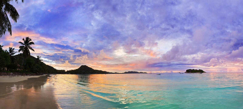 d'Or tropical en la puesta del sol, Seychelles del corral de la playa fotos de archivo libres de regalías