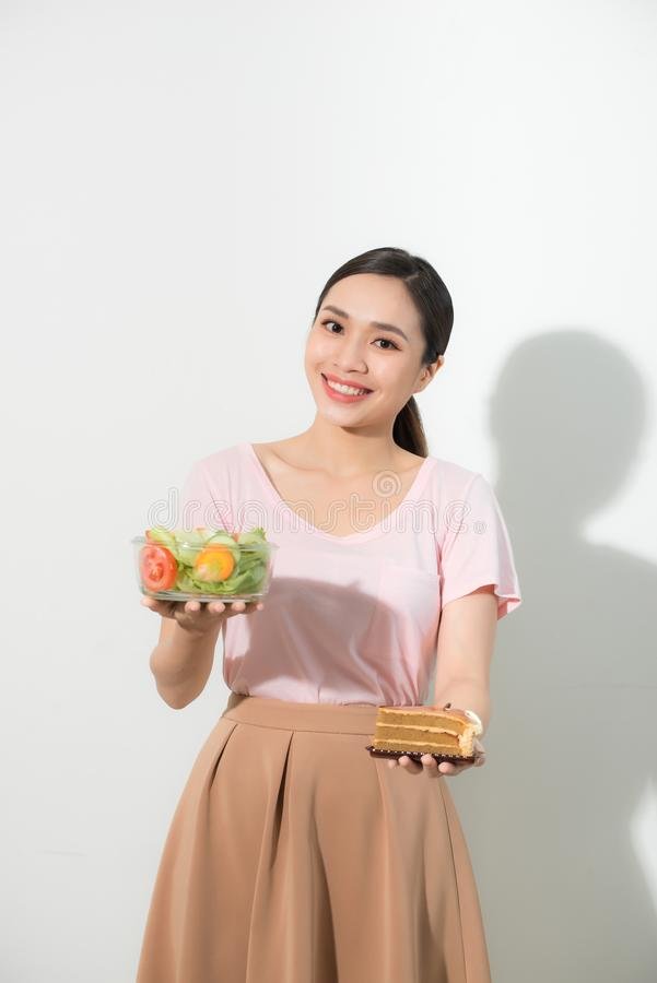 D?ugo?? portret bardzo pi?kna kobieta trzyma ma?ego tort, ?wiezi warzywa M?ody zdrowy lub obraz royalty free