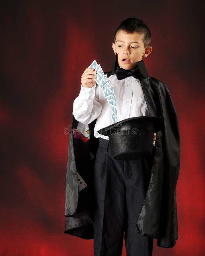 D'un jeune tour de carte magicien photo stock