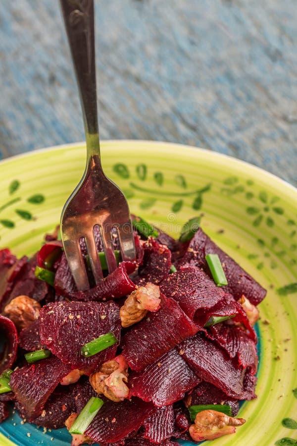 D'un plat ethnique lumineux est une salade maigre végétarienne de betterave, verdissent images stock