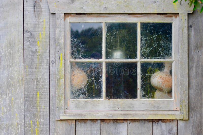 D'un vieux maison jetée ou petite jardin, âgé et superficiel par les agents, avec quelques outils de jardin laissés à côté de ell images libres de droits