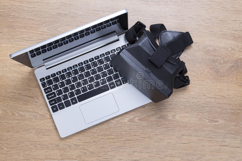 3d VR-hoofdtelefoon op een open laptop toetsenbord stock afbeelding