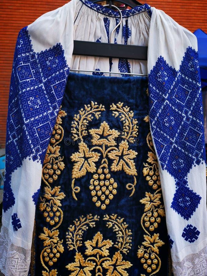 D.w.z. - traditionele Roemeense kleding voor vrouwen royalty-vrije stock afbeelding