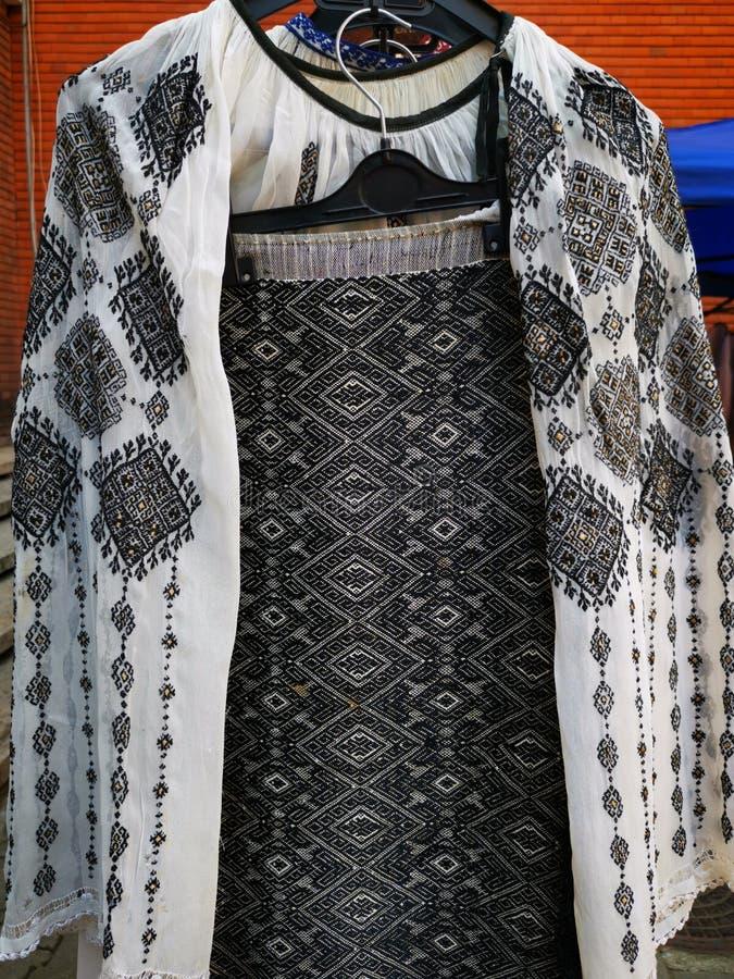 D.w.z. - traditionele Roemeense kleding voor vrouwen royalty-vrije stock foto