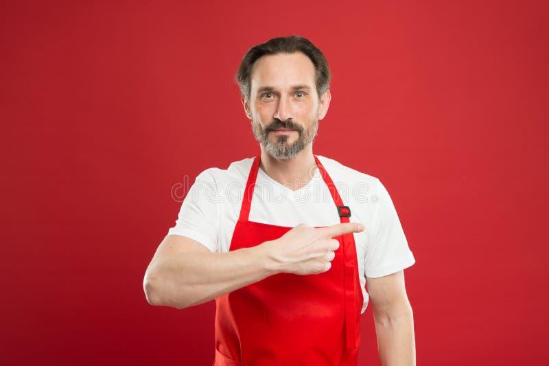 dać rozkaz Cook z brodą i wąsy jesteśmy ubranym fartuch czerwieni tło Mężczyzny dojrzały kucbarski pozuje kulinarny fartuch świet obrazy stock