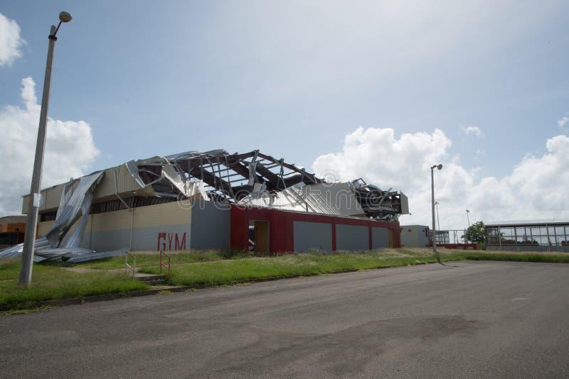 Daño al tejado del gimnasio del huracán Maria, septiembre de 2017 fotografía de archivo