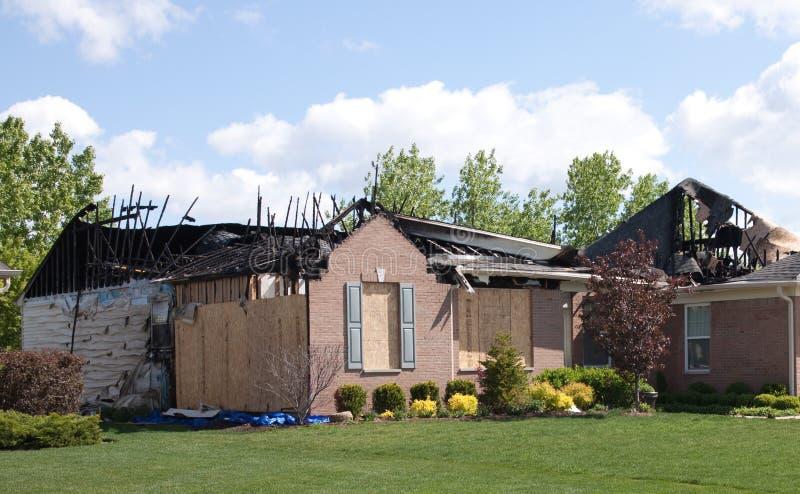 Daño de fuego de la casa imagen de archivo
