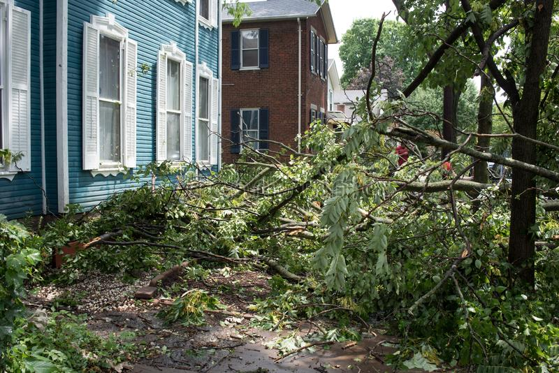 Daño de la tormenta cerca de la casa imágenes de archivo libres de regalías