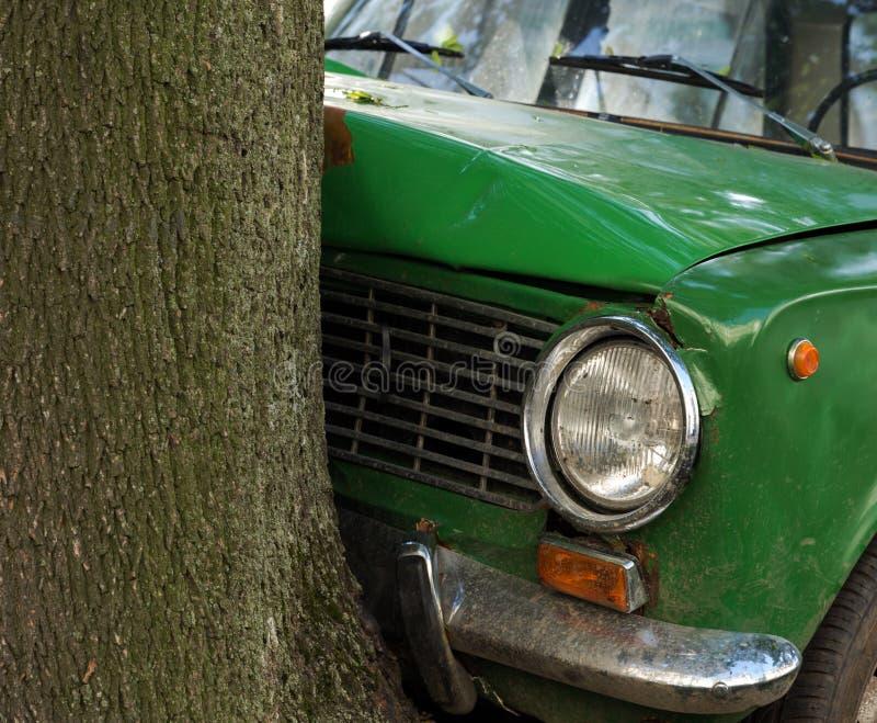Daño del coche del desplome en árbol fotos de archivo libres de regalías