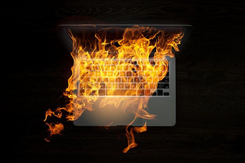Daño del dispositivo del ordenador portátil Técnicas mixtas imagen de archivo