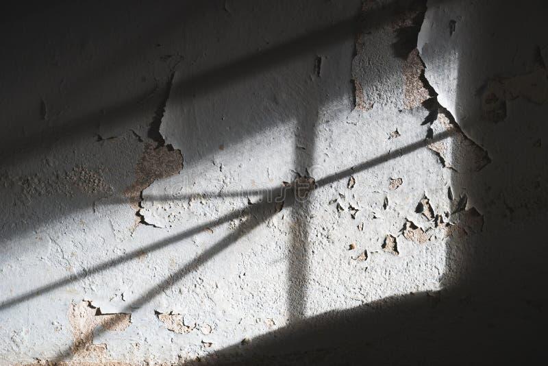 Daño del muro de cemento de la pintura de la peladura causado por la humedad y la humedad o foto de archivo