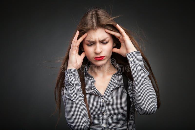 Daños de la mujer con dolor de cabeza imagen de archivo libre de regalías