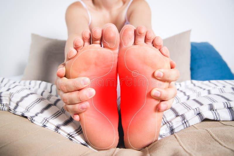 Daños de las piernas de la mujer, dolor en el pie, masaje de pies femeninos fotografía de archivo libre de regalías