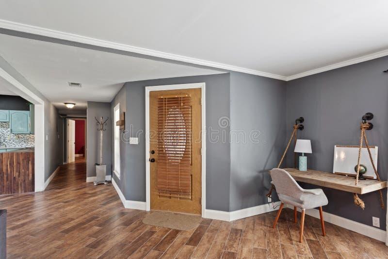 Da área interior da entrada do vestíbulo da casa projeto moderno contemporâneo de madeira de assoalhos de folhosa da porta imagens de stock